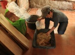 Cécile prépare l'enduit chanvre-argile